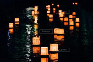 灯籠流しの写真・画像素材[2376807]