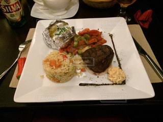 テーブルの上に食べ物のプレート - No.820530