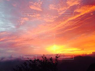 夕焼け空に浮かぶ雲のグループの写真・画像素材[820863]