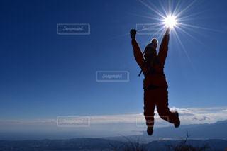空気を通って飛んで男の写真・画像素材[820957]