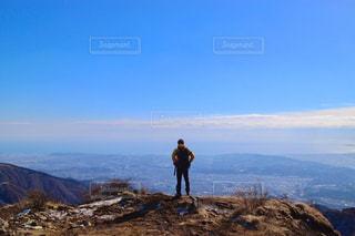 山頂に立っている男の写真・画像素材[820958]