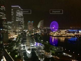 夜のライトアップされた街の写真・画像素材[820996]