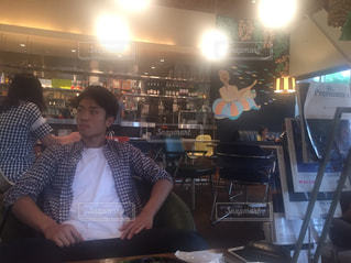 カフェでくつろぐ男 - No.821428