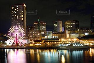 夜のライトアップされた街の写真・画像素材[1084729]