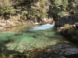 川の側の木と滝の写真・画像素材[1084753]