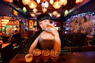 レストランのテーブルに座っている女性の写真・画像素材[1293327]
