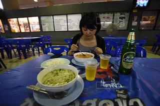 食品のプレートをテーブルに着席した人の写真・画像素材[1293350]