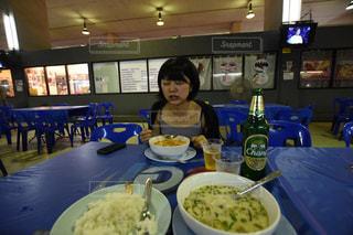 食品のプレートをテーブルに着席した人の写真・画像素材[1293351]