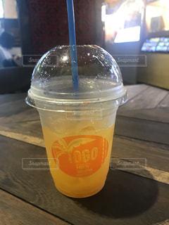 オレンジ ジュースのガラスの写真・画像素材[1293367]
