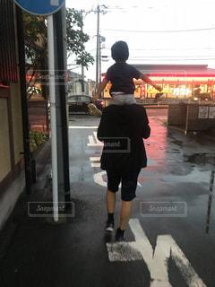 通りを歩く女と男の写真・画像素材[1461163]