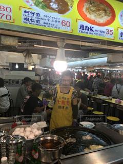 店で食品を準備する人々 のグループの写真・画像素材[1461184]