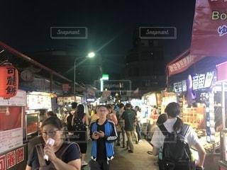 店の前に立っている人々 のグループの写真・画像素材[1461185]