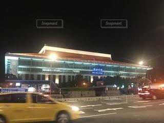夜市通り走行車の写真・画像素材[1461754]