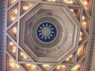 建物の側に時計の写真・画像素材[1461825]