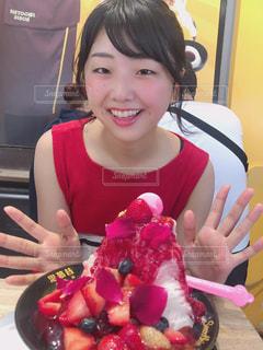バースデー ケーキでテーブルに座っている女性の写真・画像素材[1461829]