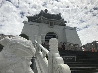 大きな白い建物の蒋中正記念堂でバック グラウンドでの写真・画像素材[1461865]