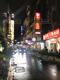 近くに夜のタイムズスクエアにバック グラウンドで忙しい街のアップの写真・画像素材[1461868]