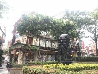 木の隣の建物の写真・画像素材[1461884]