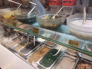 近くにストーブの上に食べ物のアップの写真・画像素材[1461911]