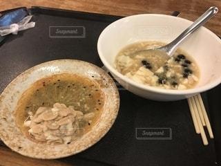 板の上に食べ物のボウルの写真・画像素材[1461914]