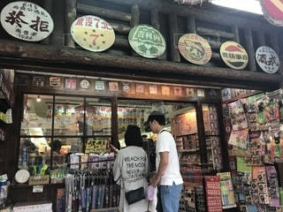 店の前に立っている人の写真・画像素材[1461918]
