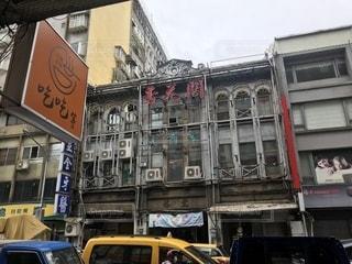 近くに建物の前で忙しい街のアップの写真・画像素材[1461936]