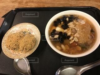 テーブルの上に座ってスープのボウルの写真・画像素材[1461941]