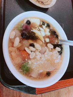 板の上に食べ物のボウルの写真・画像素材[1461942]