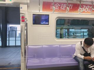 バスに座っている男の写真・画像素材[1461984]