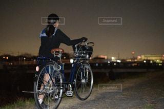 自転車の横に立っている人の写真・画像素材[1714812]