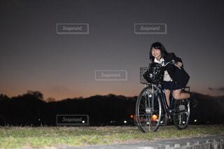 未舗装の道路を自転車に乗る人の写真・画像素材[1714825]