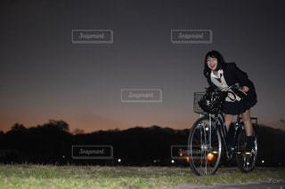 人がバイクの後ろに乗っての写真・画像素材[1714826]
