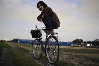 自転車の後ろに乗ってる人の写真・画像素材[1715232]