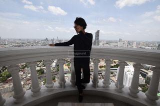 バルコニーに立っている人の写真・画像素材[1749322]