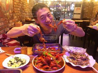 ザリガニを食べる男 - No.821025
