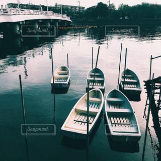 水の上の小さなボートの写真・画像素材[821296]
