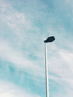 青い曇り空の男の写真・画像素材[821300]