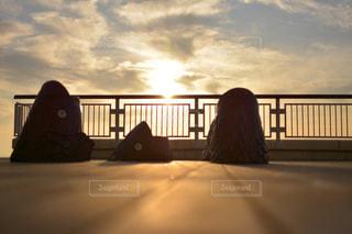 日没で駐機場に座っている人の写真・画像素材[962701]