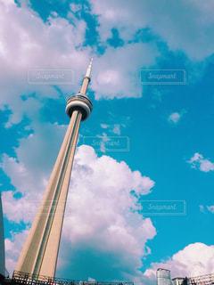 曇り青空と大きな背の高い塔の写真・画像素材[821577]