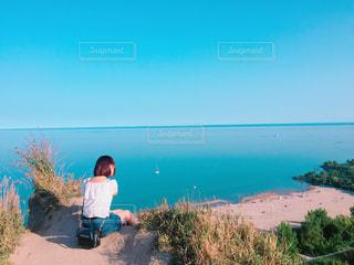 ビーチに座っている女の人の写真・画像素材[821993]