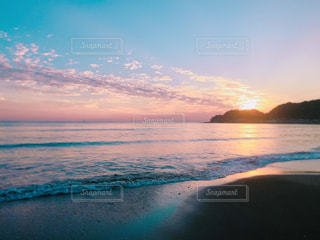 水の体に沈む夕日の写真・画像素材[842173]