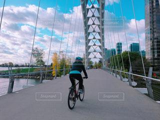 自転車の後ろに乗る人の写真・画像素材[847581]
