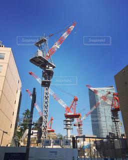 建物の上を飛んでクレーンの写真・画像素材[821519]