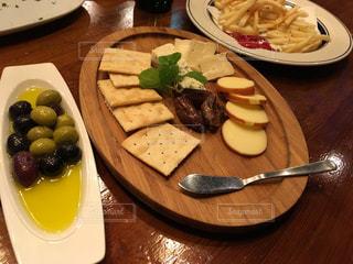 チーズとクラッカーとオリーブとポテトの写真・画像素材[821550]