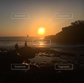 水の体に沈む夕日の写真・画像素材[822014]