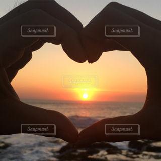 日没の前に立っている人の写真・画像素材[822016]