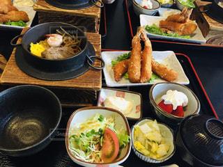 テーブルの上に食べ物の写真・画像素材[1754174]