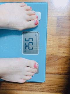 体重はかる女性の写真・画像素材[1761506]