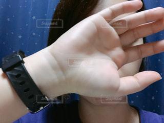 顔を隠す女性の写真・画像素材[1800461]