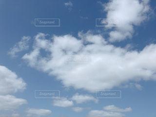 青い空に雲の写真・画像素材[1806429]